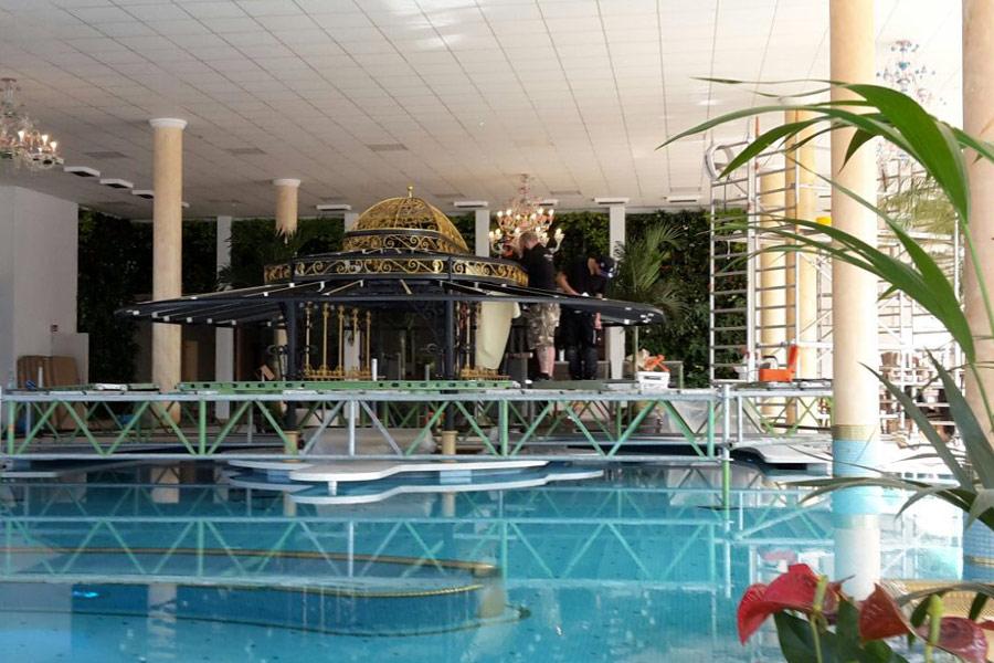 der Baldachin über dem Pool-Bar-Bereich im Aufbau